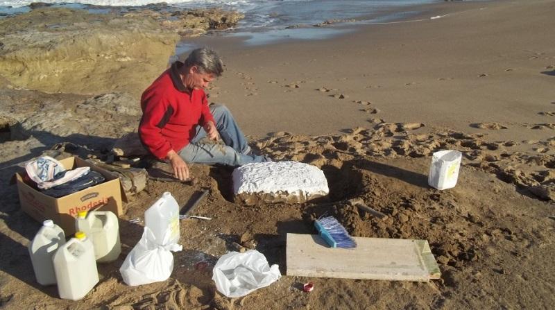 miramar-Daniel Boh trabajando en el yacimiento paleontologico