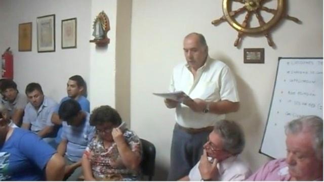 Rubén Mordini leyendo el petitorio solicitando se actué sobre la factura de la luz