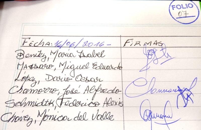 La firma de los concejales al inicio del día